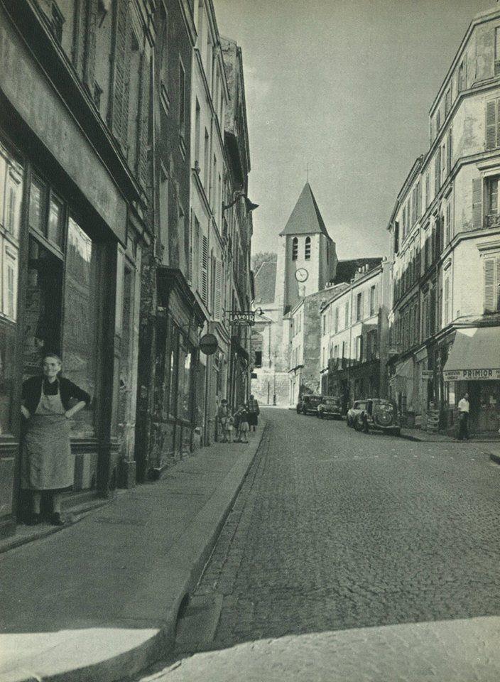 La rue Saint-Blaise avec, au bout, l'église Saint-Germain-de-Charonne, vers 1955. La vie de village...  (Paris 20ème)  Une photo de Jacques Boulas.