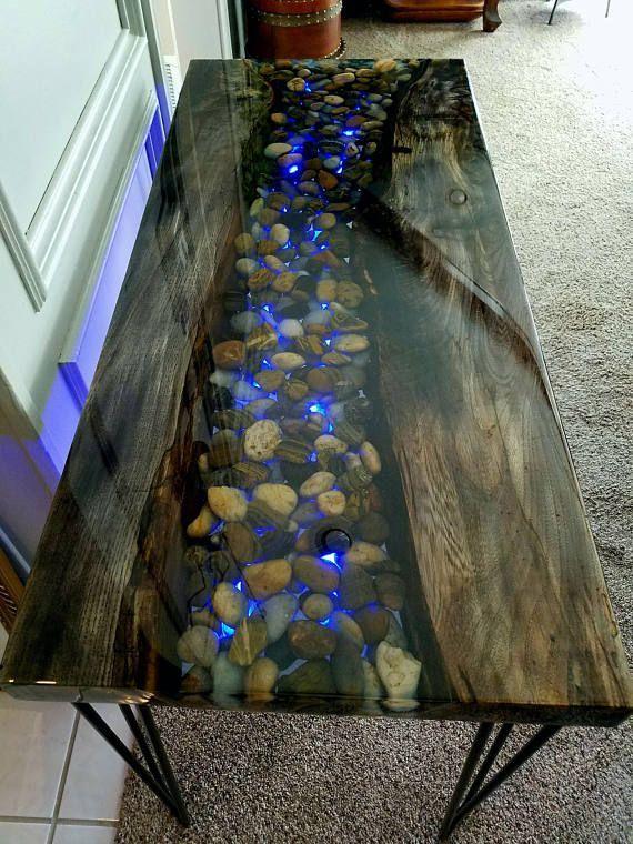 VERKAUFT! Resin River Table w / Rocks, eingebettet und hinterleuchtet durch LED-Lichtleiste, die Farben ändern kann! Live Edge-Tabelle