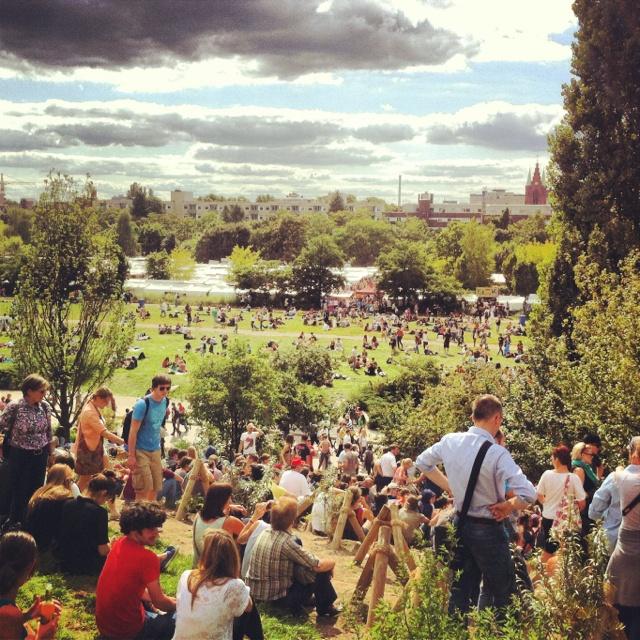 Das ganze Jahr über besuchen Einheimische und Touristen den Mauerpark um den Flohmarkt am Sonntag zu besuchen, in der Sonne zu chillen oder Leute zu treffen >> Mauerpark, Berlin #TheCrazyCities #crazyBerlin