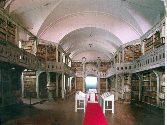 În prezent, Biblioteca Batthyaneum Alba Iulia păstrează 50.000 de cărți, 19.000 de documente, 1.230 manuscrise și aproape 600 incunabule. Între cele mai vechi lucrări din colecție se numără și De sacramentis, de Nicolaus Olahus (Viena, 1561), Palia de la Orăștie (Orăștie, 1582) , pagini din Codex Aureus.