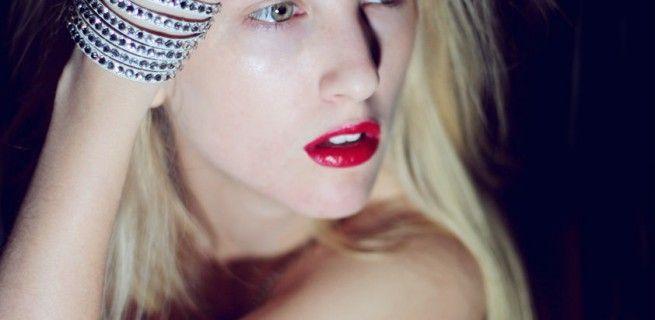 Czerwień to wyjątkowo kobiecy odcień, który pasuje każdej z nas. Trzeba wiedzieć, w jakich sytuacjach czerwona szminka jest niezastąpiona, a kiedy lepiej z niej zrezygnować.
