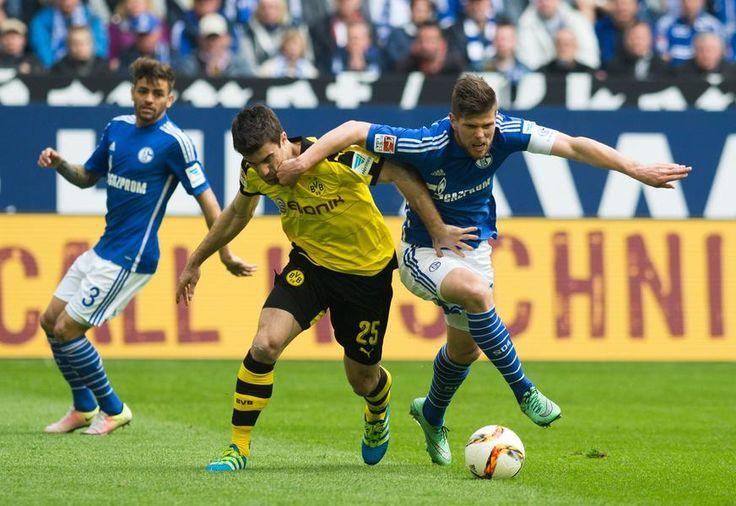 Schalkes Klaas-Jan Huntelaar (r.) und Sokratis vom BVB im Zweikampf.