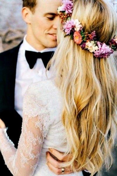 corona-flores-novia-boda .Las coronas de flores –como los tocados- no se estropean, se compran y ya se tienen para siempre, y se pueden reutilizar en otras bodas de amigos y familiares, cumpleaños o eventos especiales.