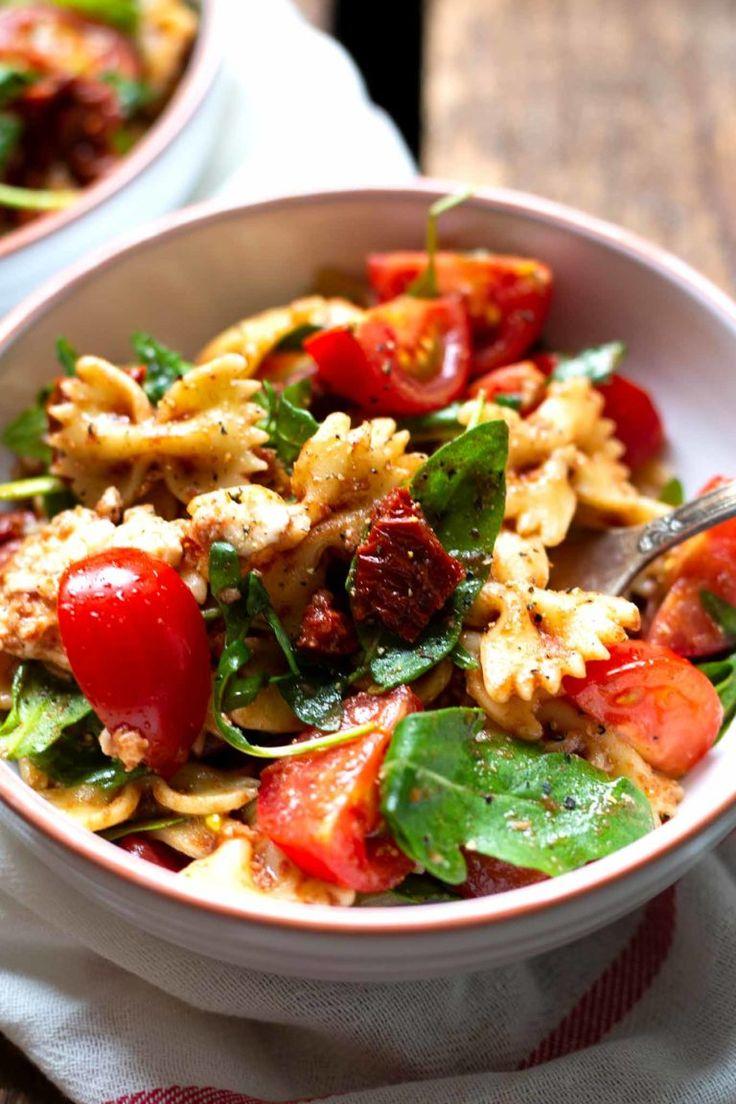 einfacher italienischer nudelsalat mit rucola und tomaten