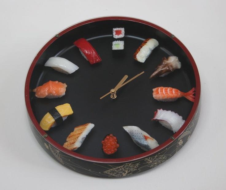 A Tokyo nei negozi di souvenir c'è un po' di tutto, ma l'orologio con il sushi è kitsch al punto giusto per essere portato a casa con soddisfazione