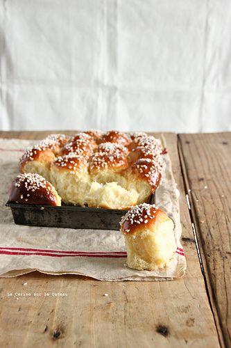 """brioche allemande à la crème fraiche & au sucre perle Brioche """"buchty"""" 500g de farine type 45 15g de levure de boulanger fraiche (ou 5g de sèche) 1 pot de crème fraîche épaisse entière de 20cl 60g de sucre 2 oeufs à température ambiante et complétez à 200g avec du lait entier tiède (oeufs + lait =200g) 1 cc de sel"""