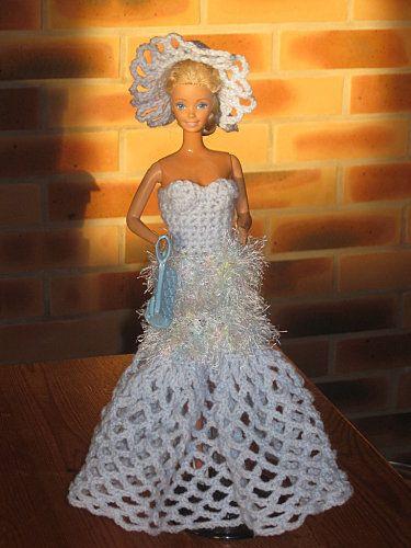 Bonjour à toutes, Pour notre poupée j'ai fais une nouvelle robe de soirée, elle est très légère et très fluide, meme un peu sexy je trouve ! Elle n'est pas difficile à réaliser, celle ci aussi est entièrement au crochet. ROBE : Jupe : Avec un petit crochet,...