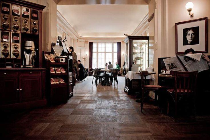 Kultureliten befinner sig på Café Einstein för en fika, i Berlin.