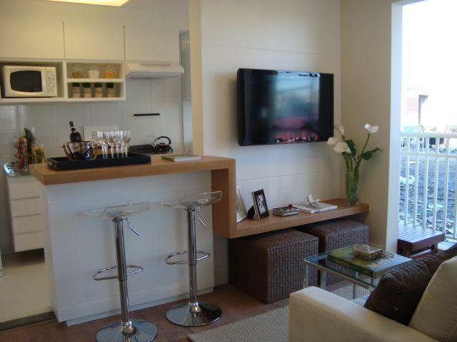 Balcão de madeira e banquinhos integrando à sala de TV