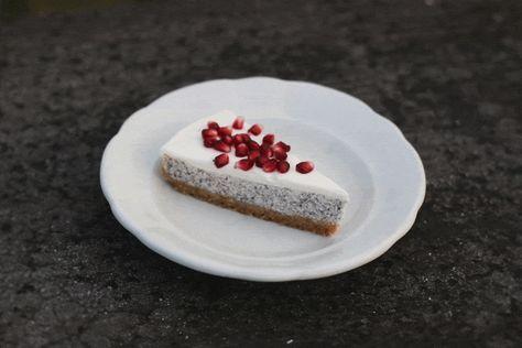 Makový cheesecake je moc dobrá věc. Chutná po máku, ale zároveň je krémový díky tvarohu, ze kterého jsem koláč upekla. Jestli máte rádi mák, tohle bude něco pro vás.