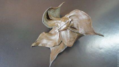 Брошь цветок из кожи Орхидея `Дриада`хаки табак мох. Брошь на сумку, пояс, шляпу, пальто, шубу, пиджак, платье, свитер,шарф,шаль, платок, палантин, верхнюю одежду.  Подарок женщине, себе любимой.