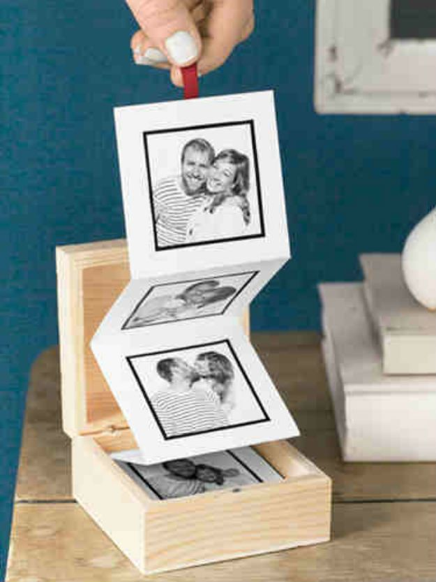 DIY Christmas Gifts for Friends! Pull-out Photo Album | http://diyready.com/25-diy-gifts-you-can-make-in-under-an-hour-homemade-christmas-gift-ideas/