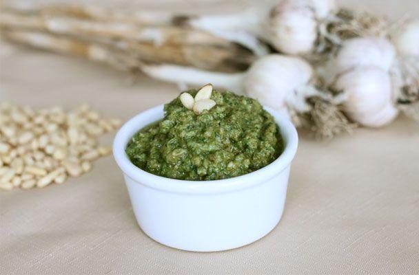 Pesto di erbe aromatiche al limone - Profumata variante della classica salsa ligure, adatta per condire la pasta o da gustare spalmata su crostini di pane.