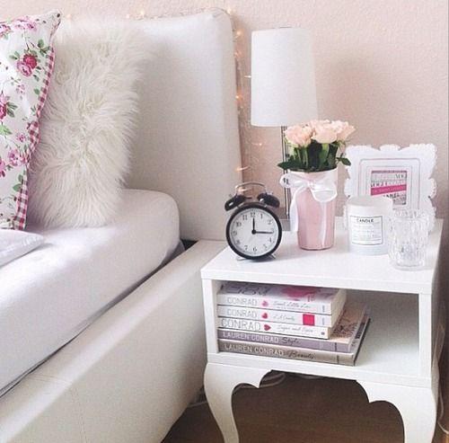 Detalhe no criado mudo e na parede rosa do quarto ⭐