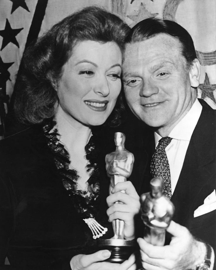 Winners at the 15th #AcademyAwards held #OTD in 1943 at the Cocoanut Grove of the Ambassador Hotel included Greer Garson, James Cagney and Teresa Wright. #Oscars