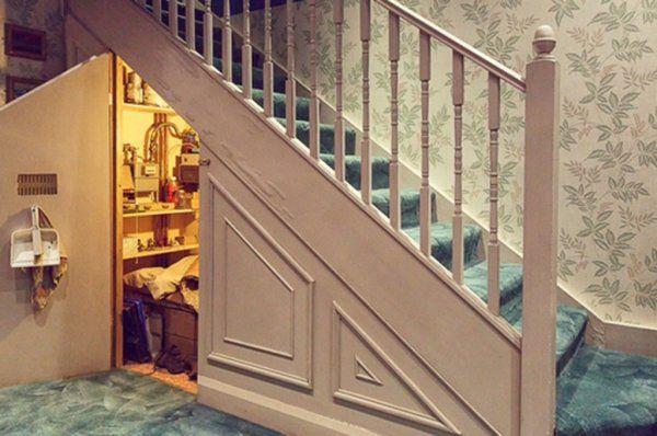 """В Британии педофил заманивал детей в чулан под лестницей, """"как в Гарри Поттере"""" http://actualnews.org/exclusive/170702-v-britanii-pedofil-zamanival-detey-v-chulan-pod-lestnicey-kak-v-garri-pottere.html  Через портал Airbnb для аренды жилья 23-летний британец искал детей, которых затем насиловал в чулане под лестницей. Экс-участник британского «X Factor» рекламировал помещение, как объект, аналогичный тому, что можно увидеть в истории о Гарри Поттере и предлагал провести в нем ночь всего за…"""