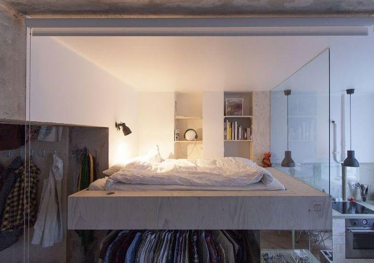 Hladko vyštukované biele steny rámujú priestor spálne, tou je konzolové lôžko. Snímka: Karin Matzová