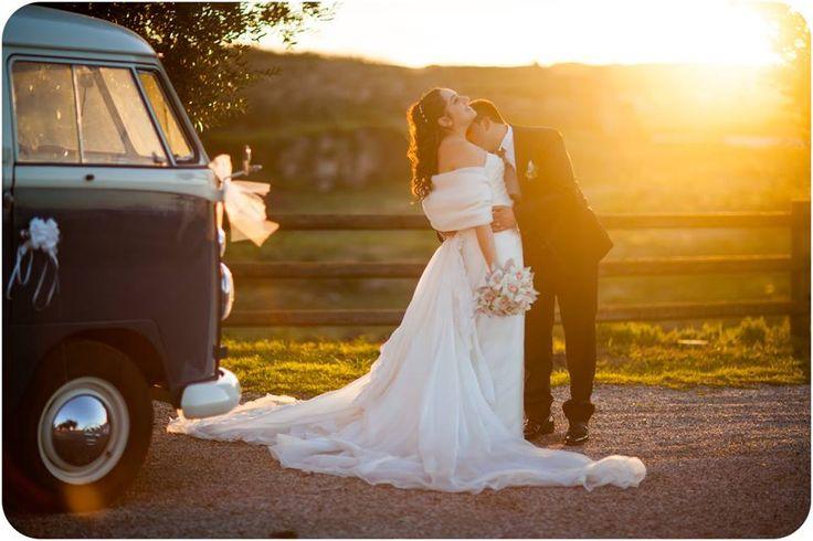 Retrò e con un tocco bohémien, comodo e spiritoso: lo straordinario Pulmino Volkswagen è perfetto per un matrimonio esclusivo e che supera i canoni classici dell'auto nuziale. Potrete scegliere fra diversi modelli e colori. #welovevw