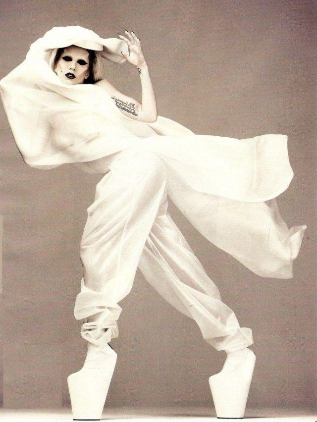 Lady Gaga is wearing the healless shoes designed by japanese designer Noritaka Tatehana