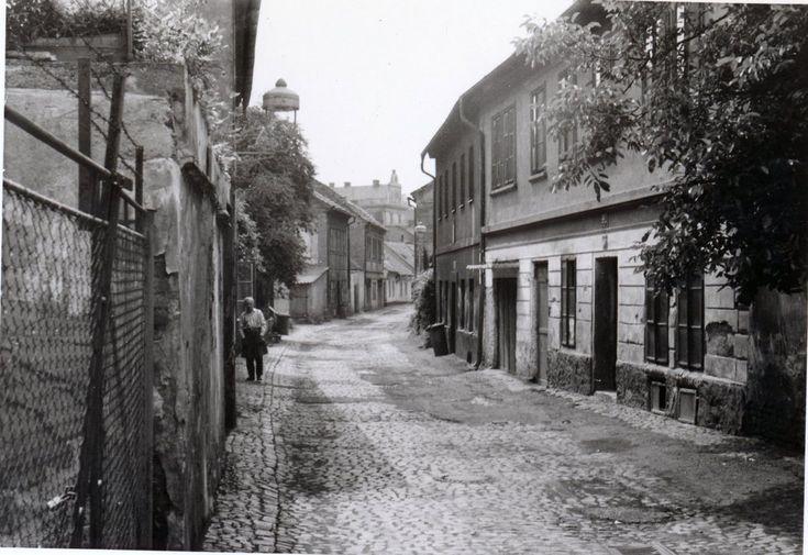 Úzká ulička Zátor na historickém snímku.