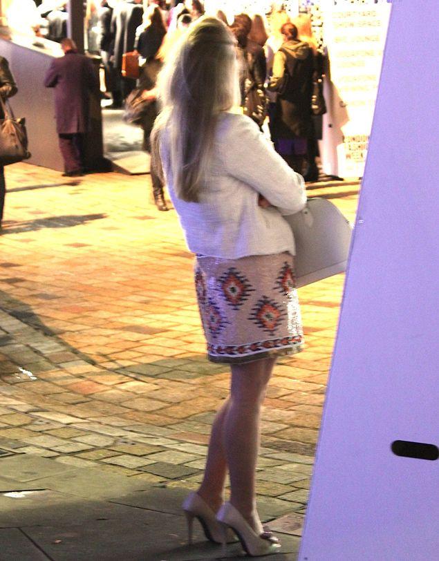 Em Londres, semana passada, rolaram dois acontecimentos que me fizeram pensar. ACONTECIMENTO 1 Estava eu na Somerset House com a Helô Gomes, esperando para assistir um desfile, e vi este look, que fotografei de longe: Tirei a foto porque AMEI a saia! Sou apaixonada por esse tipo de estampa tribal, mais precisamente asteca, chamada ikat. …