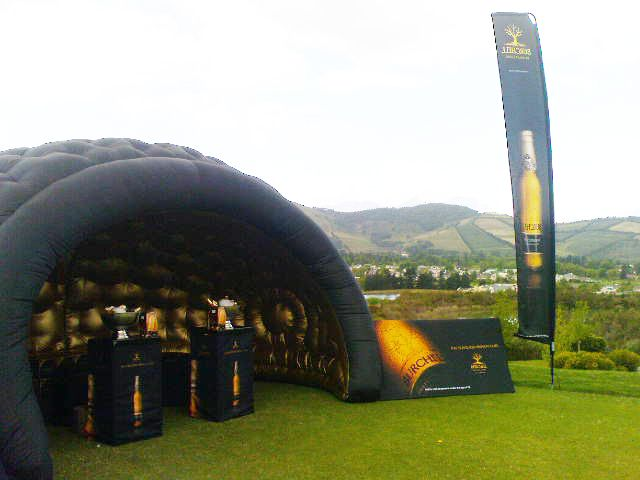 Pop-up bling-bar in an instant... anywhere - even the 18th hole!