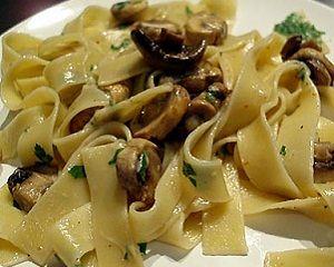 Паста с грибами https://www.go-cook.ru/pasta-s-gribami/ Рецепт итальянского сборного второго блюда, из серии «проще не придумаешь». Потратьте всего сорок минут, и получите в результате такое кушанье, какое подают в итальянских кафе. Набор требуемых ингредиентов весьма доступен Рецепт пасты с грибами Время подготовки: 10 минут Время приготовления: 30 минут Общее время: 40 минут Кухня: Итальянская Тип: Второе блюдо Порций: 4 Ингредиенты Триста … Читать далее Паста с грибами