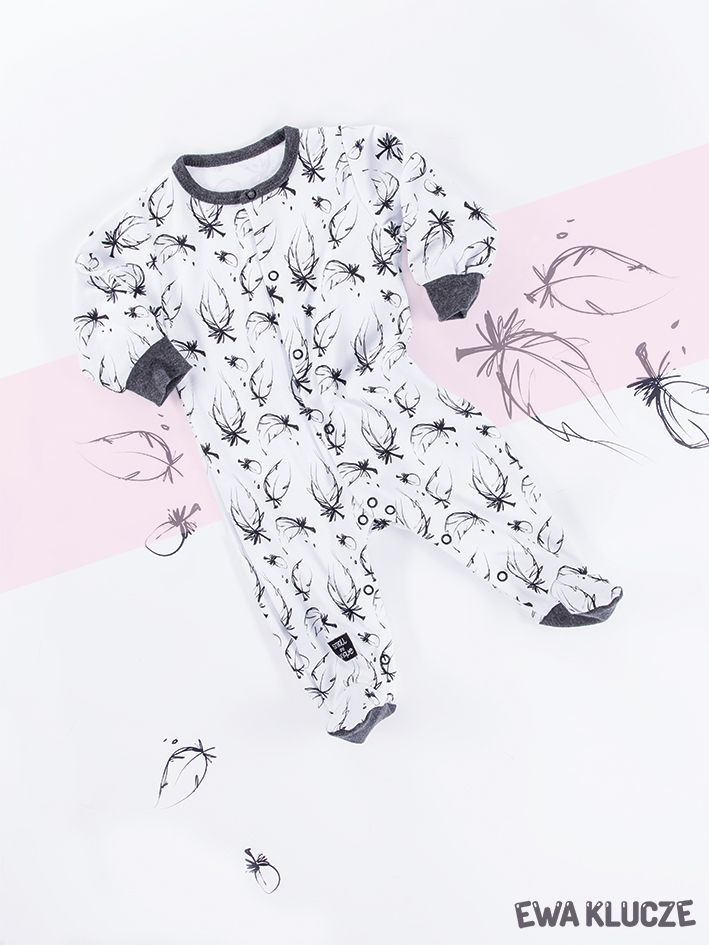 EWA KLUCZE, kolekcja BLACK, pajacyk, piórka, jesień-zima 2018, ubranka dla dzieci, EWA KLUCZE, BLACK collection, baby girl sleepsuit, feather, baby clothes