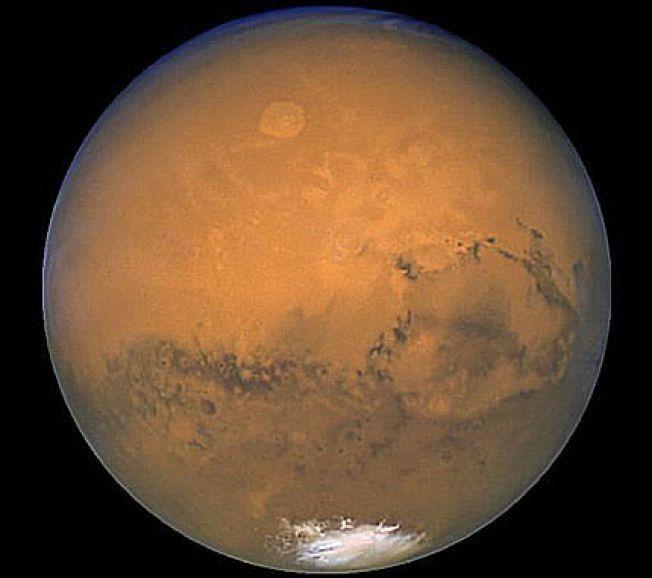 VANN PÅ MARS.  Mandag 28.09.2015 annonserte NASA at de har funnet bevis for rennende vann på Mars – en oppdagelse med potensielt stor betydning for muligheten for liv på planeten.