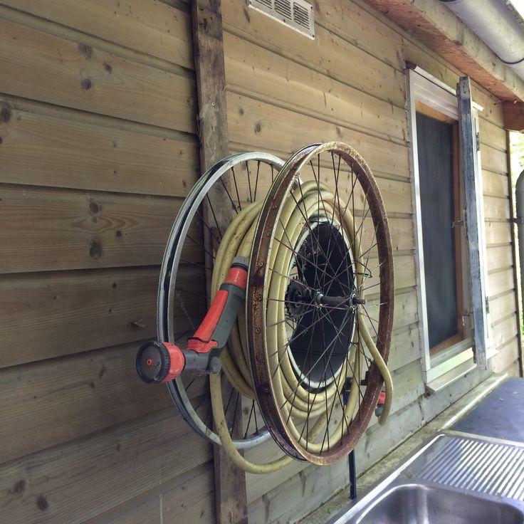 tuinslanghouder van oude fietsenwielen