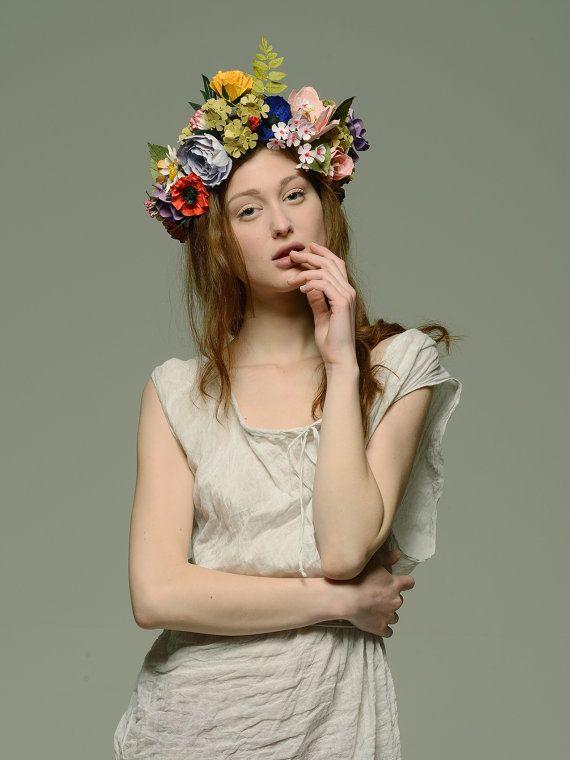 Eine atemberaubende romantische Blumenkrone mit schönen per Hand gestalteten Blumen aus Papier. Für die Braut - zu finden auf Etsy.