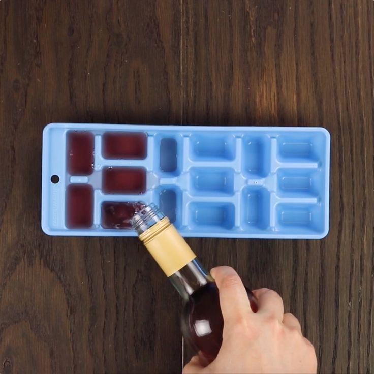 Coloque vinho em uma bandeja de gelo e depois misture com framboesas. Não há…