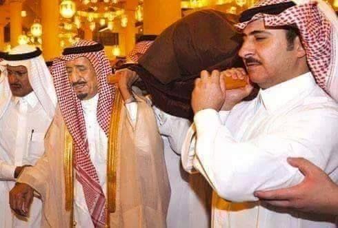 Beredar Foto Raja Salman Menggotong Keranda