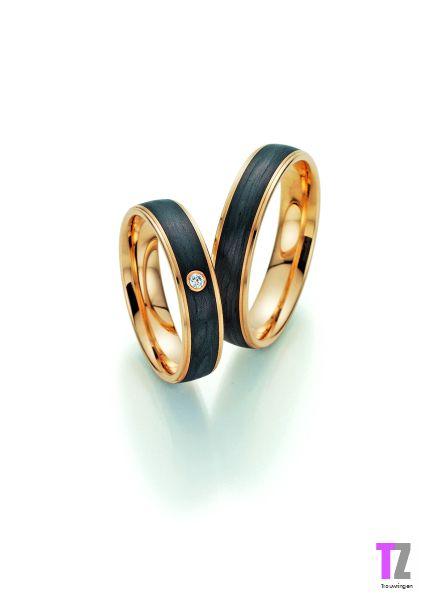 Trouwringen in apricot goud ingelegd met carbon. De ringen zijn 5mm breed.