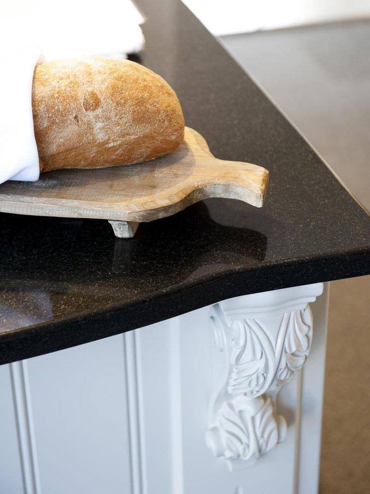 Köksö med svart granit och den vackra traditionsdetaljen som sätter pricken över i:et i det lantliga köket....Kungsgårdskonsoll   Ballingslöv