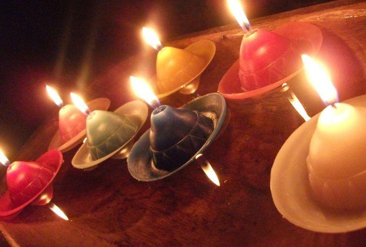 Kit com 10 velas flutuantes em formato de chapéu mexicano <br>Pode ser usada como vela ou como lembrancinha <br>Dimensão: 8cm de diâmetro <br>Modelo exclusivo! <br>Diversas opções de cores