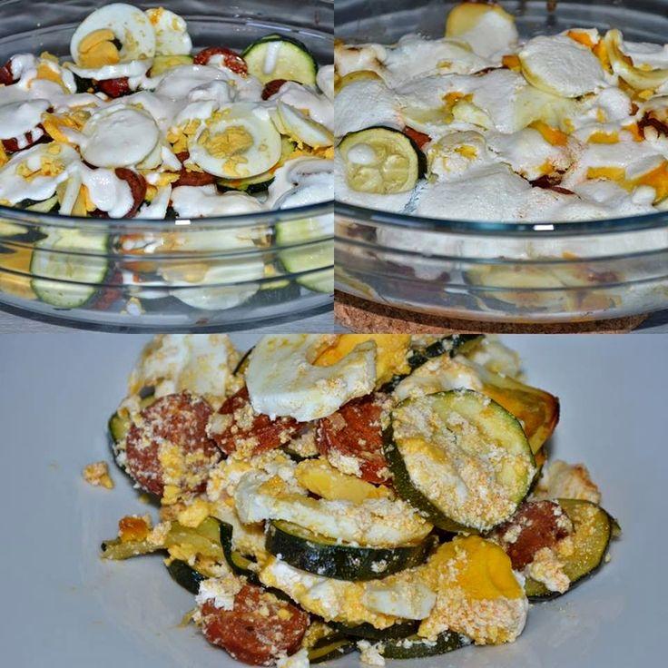 Paleo rakott cukkini       Íme, egy újabb paleo recept ebédre: rakott cukkini (rakott krumpli helyett) Hozzávalók (2-3 adaghoz):  340 g cukkini 5 M-es főtt tojás (270 g) 95 g kolbász 120 g házi totu tejföl (házi totu tejföl recept ITT!vagybolti totukrém+ 10 gkókuszolaj+ csipets