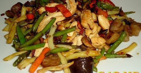 Fabulosa receta para Salteado de pollo y verduras con champiñones . Plato muy rápido de elaborar, las verduras son congeladas que están listas en 8 minutos. El pollo cortado en tiras y los champiñones laminados o en trozos pequeños. Comida rápida casera.