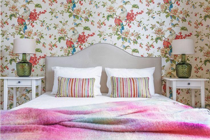 Спальня: обои, Eijffinger, кровать Эвальд, прикроватные тумбочки, ИКЕА, текстиль, Zara Home, настольные лампы из бутылей с абажурами, Shadelamp.me, выполнены на заказ.