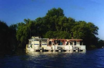 Houseboat Holidays - boat rentals for multiple families: When it comes to a houseboat vacation rental, there's nothing better than vacationing in the 1000 Islands, Gananoque, Ontario, area of Canada. There's