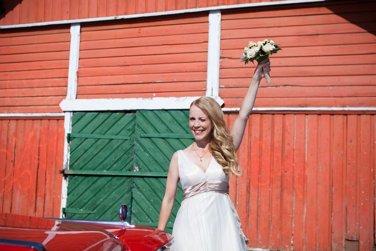 This week we are happy to feature a guest blog article written byour good friend, Minna – The Rebellious Bride. She shares with us some fantastic tips on how to make your wedding more ecolog…