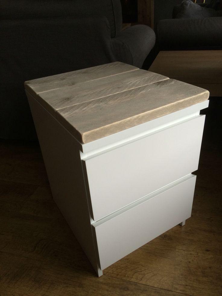 Ikea hack : nachtkastje Malm bekleed met steigerhout door er platen op maat met montagekit op te lijmen