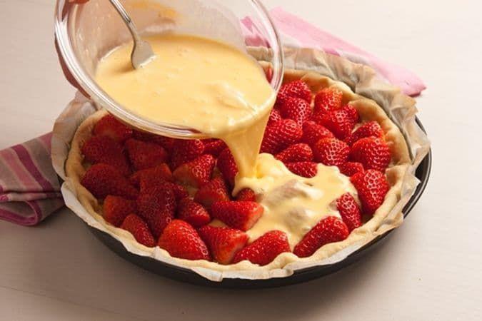Quiche alle fragole, eccovi la ricetta di un dolce gustoso con base di pasta frolla, riempito con una deliziosa crema e guarnito con le fragole. Provala.