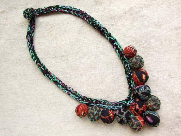 Летом меня попросили сделать африканское ожерелье из тканевых жгутов и всевозможных бусин. Зимой вспомнила о таком опыте, но к шерстяным вещам летние ткани не…
