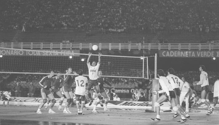 E o vôlei ainda nem era campeão olímpico: em 1983, a geração de prata de Bernard, Renan e Montanaro enfrentou a então União Soviética em uma quadra montada no centro do gramado do Maracanã Foto: Arquivo/O Globo