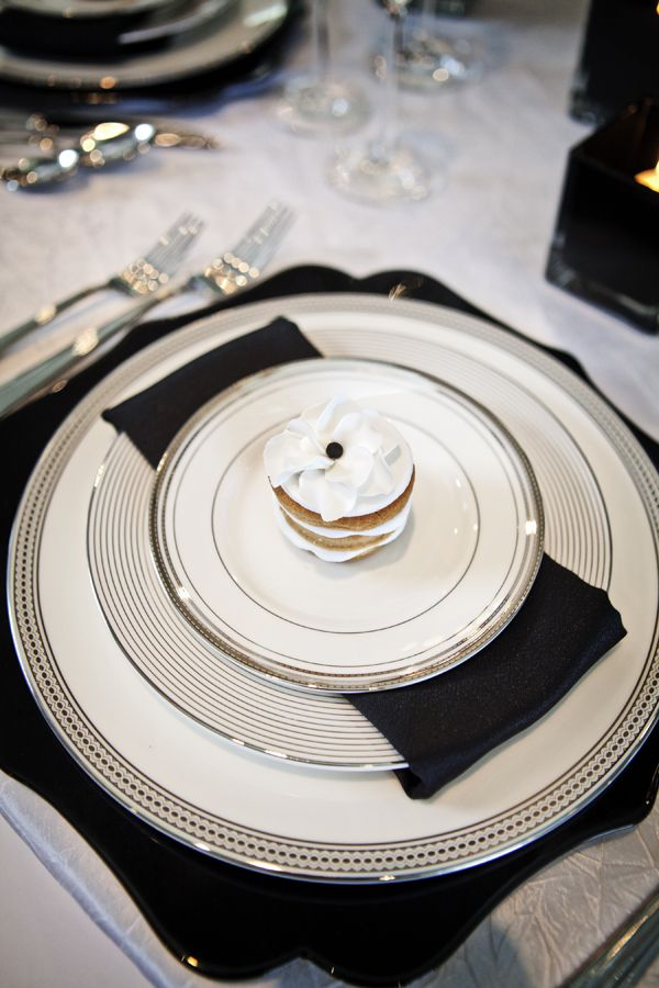 crisp black and white table setting #blackandwhite #tabledecor #weddingdecor