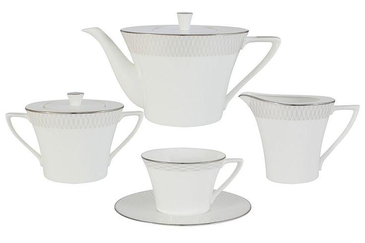 Чайный сервиз из костяного фарфора на 6 персон «Бриз»      Бренд: Narumi (Япония);   Страна производства: Индонезия;   Материал: костяной фарфор;   Количество персон: 6;   Количество предметов: 17 шт;   Объем чашки: 240 мл;   Объем чайника: 1,34 л;   Объем молочника: 290 мл;   Объем сахарницы: 340 мл;         Чайный сервиз из костяного фарфора на 6 персон «Бриз» состоит из 17 предметов:         6 чашек 0,24 л;      6 блюдец;      1 чайник 1,34 л с крышкой;      1 сахарница 0,34…