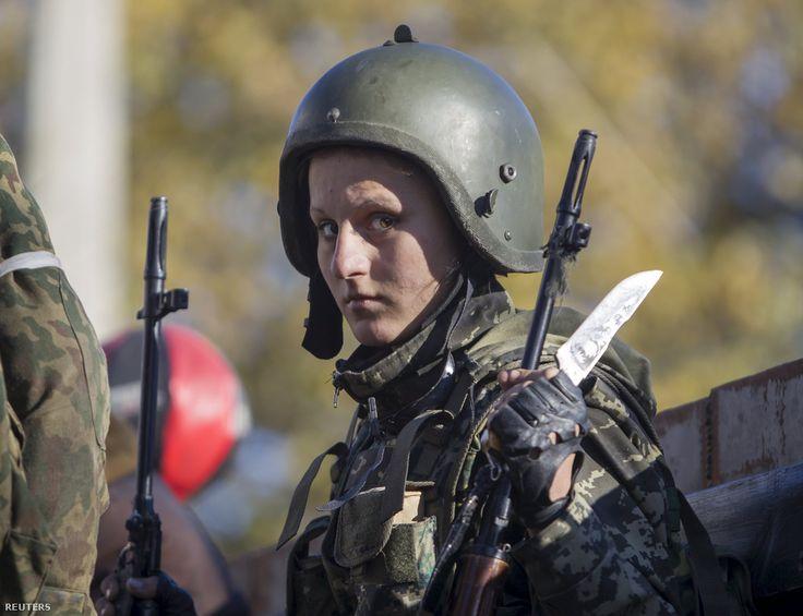 """Egy Oroszország-párti lázadó áll egy teherautó tetején a Szergej Prokofjev nemzetközi repülőtérért vívott harc közben Donyeckben.  A kelet-ukrajnai konfliktusban mindkét oldalhoz sok nő csatlakozott a harcok kitörése után, bár pontos adatok nincsenek a női harcosok számáról.  A lázadók parancsnokai eleinte nem akarták felvenni a női önkénteseket, de egyikük a Reutersnek később azt nyilatkozta, hogy nem bánta meg az engedékenységét. """"Most már jobban megbízok bennük, mint a férfiakban. A nők…"""