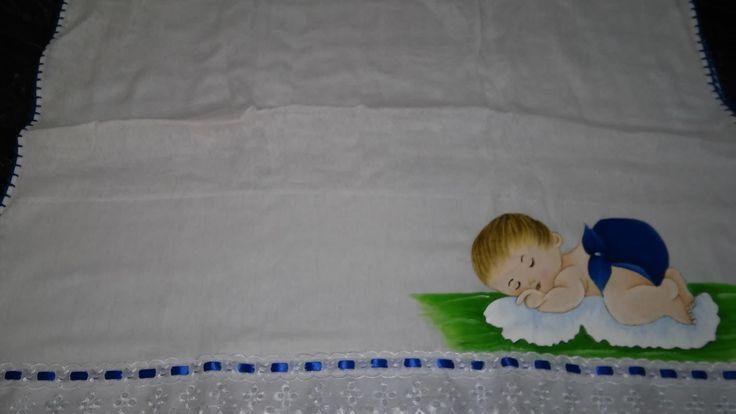 toalha fralda para bebe de banho com pintura e nome, acabamento em crochê , passa fita e tira bordada. medindo 70/105.
