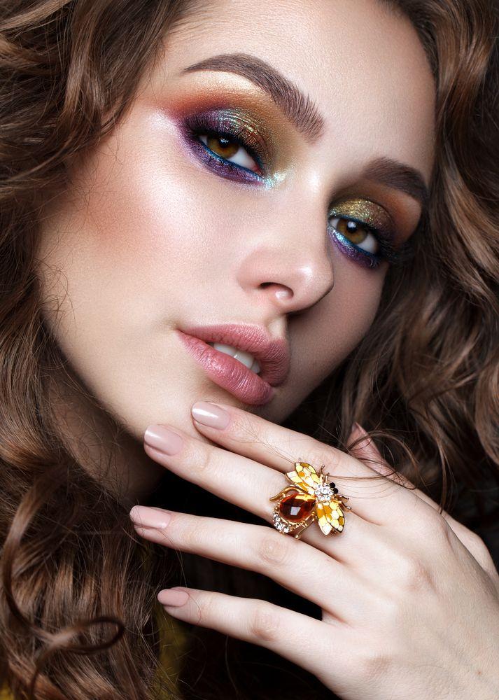 Oogstmake-up in de herfst: dit herfstweer doet mij spontaan grijpen naar andere oogschaduwkleuren dan in de zomer: ineens ben ik weer helemaal into brons, goud, bordeaux, paars… dringend tijd om dus wat inspiratie te gaan zoeken! De herfst is voor mij mijn favoriete seizoen als het gaat om make-up, kleding en gezelligheid. Je kan deze…